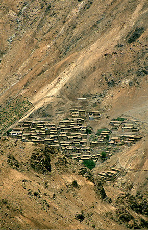 MOROCCO 2003/ 023 Langs de steile wanden van het kale rotsgedeelte van de hoge Atlas bevinden zich dorpjes die werden opgetrokken met modder en steen.