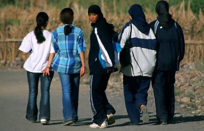 MOROCCO 2003/ 007 Agdz is een afgelegen dorp in de steenwoestijn op weg naar woestijnstad Zagora, aan de grens met de Sahara. Op donderdag is hier wekelijks een marktdag. Van heinde en ver komen er mensen naar Agdz om inkopen te doen of waren te slijten. Enkele schoolmeisjes.