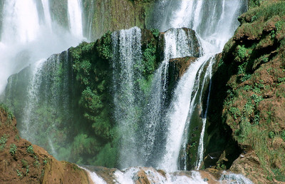 MOROCCO 2003/ 018 In Souk De Foum Jeema vertakt de Ouzoud rivier zich in allerlei kleine stroompjes, alvorens een duik te maken van 110 meter. Op zondag komt er een massa volk uit de bergdorpen picknicken, en dan gaat het er zo kuidruchtig aantoe dat je zelfs het gedonder van de watervallen niet meer hoort, maar in de loop van de week komt hier niemand.