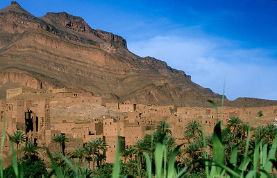 MOROCCO 2003/ 006 De weg van Ouarzazate naar de Sahara wordt de kasbaroute genoemd. Overal zie je langs de oevers van de Draa rivier steden en dorpen met een lemen of stenen ommuring