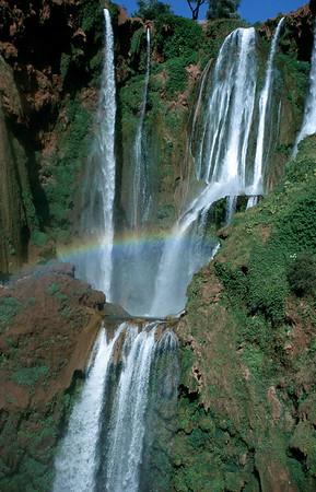 MOROCCO 2003/ 020 in Souk De Foum Jeema vertakt de Ouzoud rivier zich in allerlei kleine stroompjes, alvorens een duik te maken van 110 meter. Op zondag komt er een massa volk uit de bergdorpen picknicken, en dan gaat het er zo kuidruchtig aantoe dat je zelfs het gedonder van de watervallen niet meer hoort, maar in de loop van de week komt hier niemand.
