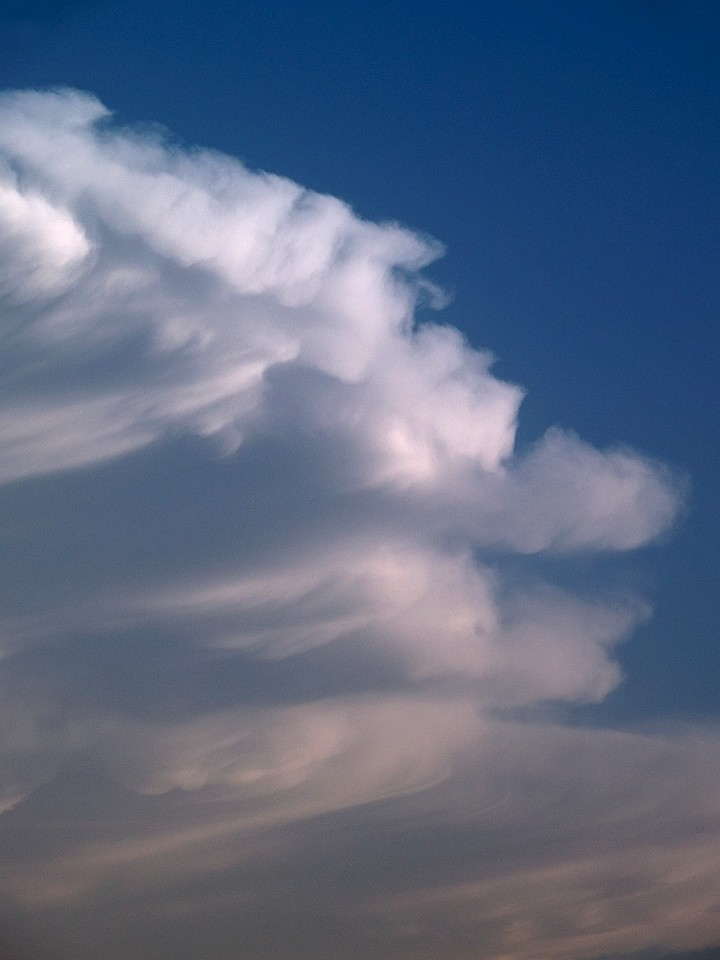 Nice close up of an anvil edge from a USA storm chase in 2007. Oly E1, 50-200mm