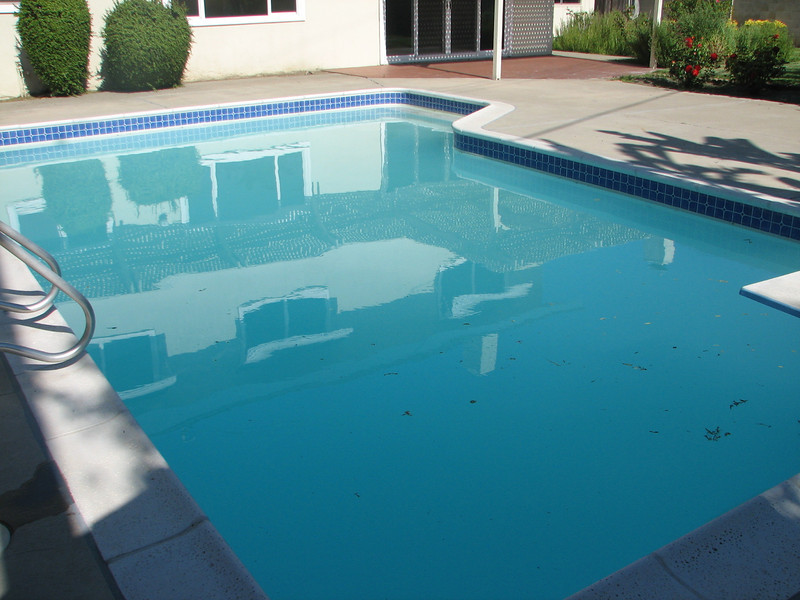 Yup, the pool water is cloudy and low. You can see a strip of white plaster just below the tile.