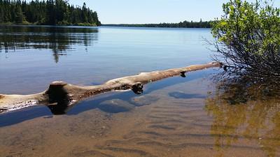 Pause casse croute au bord de l'un des trés nombreux lacs.