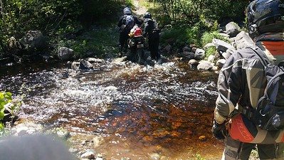 Deuxieme pont emporté, nous traversons dans le bouillon, eau jusqu'au genoux.