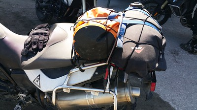 8 litres d'essence en secours dans l'outre noire.