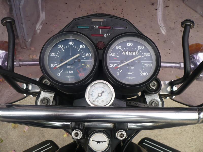une vue du tableau de bord et le manomètre de pression d'huile
