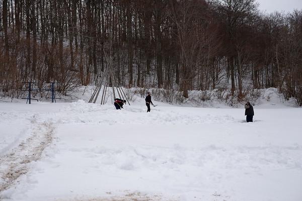 Bon c'est pas tout mais il faut monté le chapiteau , nous avons 1 jours pour déblayer les 1 m de neige ...