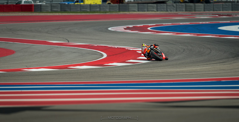 Colin Edwards slices through the Turn 3 complex