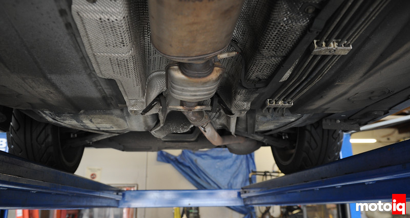 You can see the single exit pipe going to the muffler. OEM
