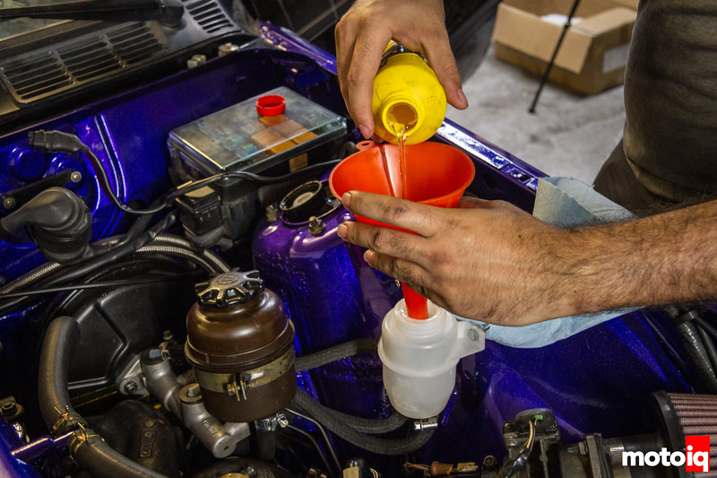 Filling up brake fluid in a BMW E30