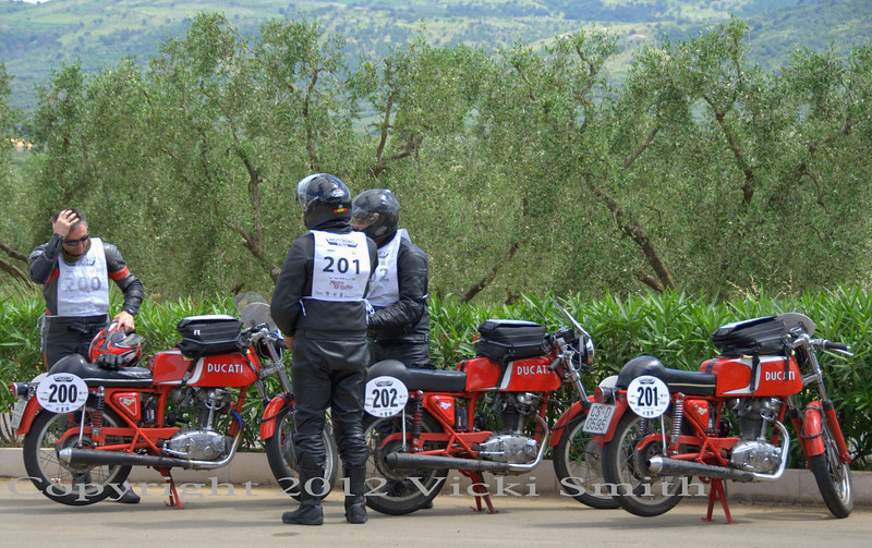 That's Team Mototrans, 3 matching 250 Ducati 24 Horas (built under license in Spain by Mototrans)