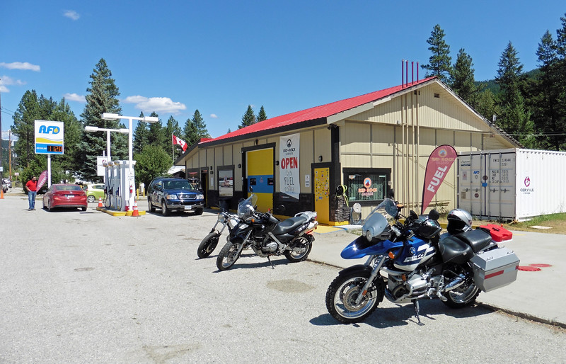 Returning via Hwy 33 I stopped in at the newly opened Red Rock Garage in Beaverdell.  The owner Dan Mirabent is a new member of the VBMWR's.