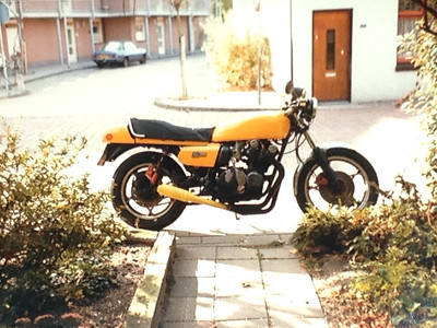 Yellow was the colour of choice the first of my many yellow motorcycles :-) I did the prep work with the poly filler to get all the dents out and Frode was left to spray it yellow.