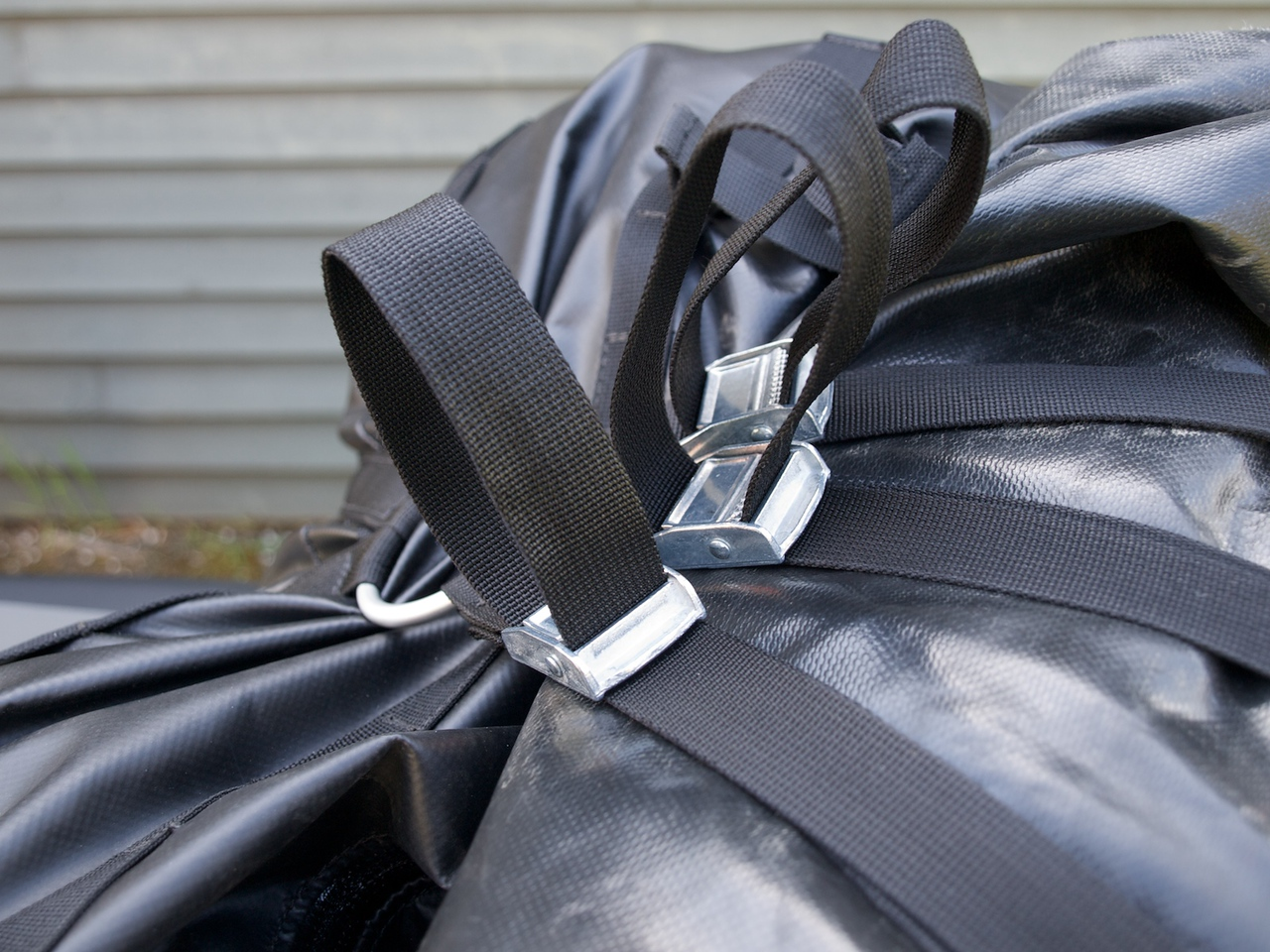 Sturdy aluminum and steel strap clasps. Here the rear strap holds the Ortlieb dry bag.