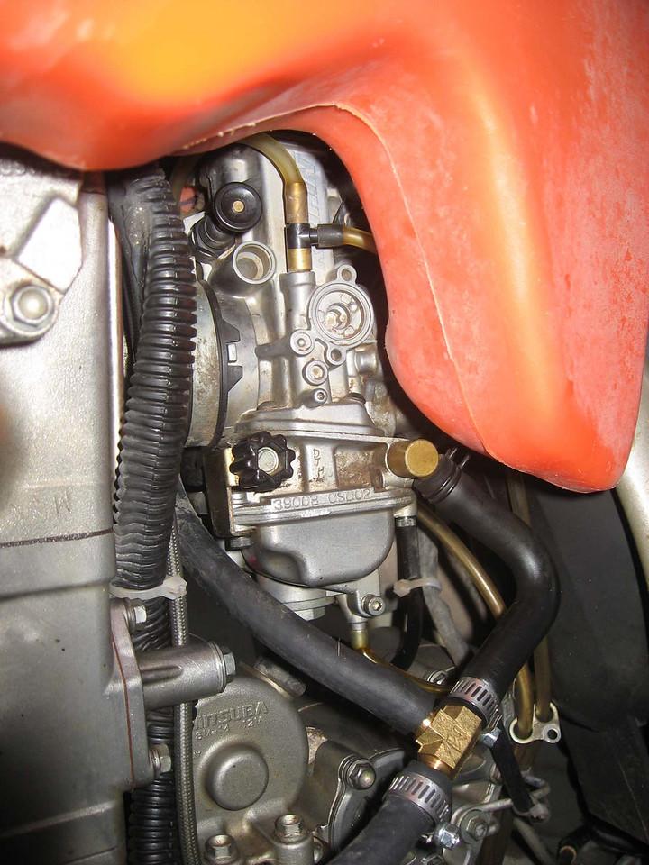 Carb<br /> <br /> Pull upper black knob for choke<br /> Idle adjust with lover black knob