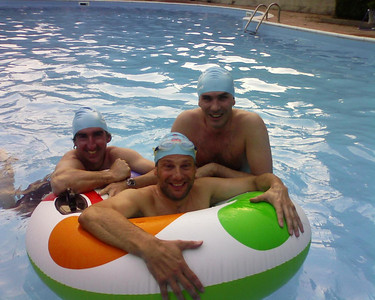 4 bmw e una piscina.............