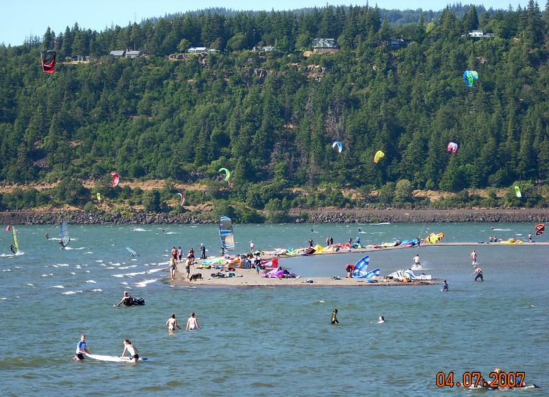 Hood River with sailboards and Para Kite sailers everywhere!