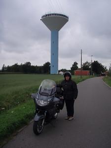 Mijn vrouwtje aan de watertoren van Roksem - Oudenburg. Voor meer info, zie  http://www.oudenburg.be/pages/viewpic?id=20060404111359