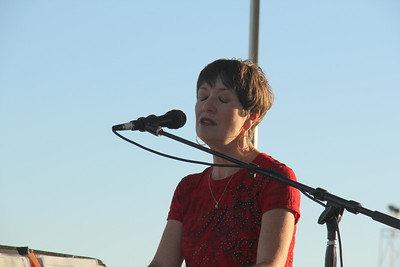 Lindy Gravelle Performs