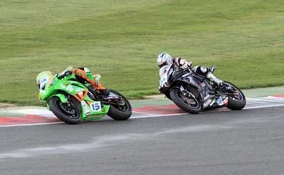 The contrasting styles of (15) Ben Wilson, Gearlink Kawasaki. (34) Alistair Seeley, Relentless Suzuki by TAS. Fuchs-Silkolene British Supersport Championship.