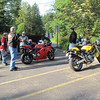 pre-ride meeting at Snoqualmie Falls - a couple of cruiser riders checking out Bronsten's 1098