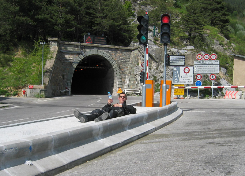 Little rest after climbing the Col de Tende towards Italia. The last part is not suited for an RT...