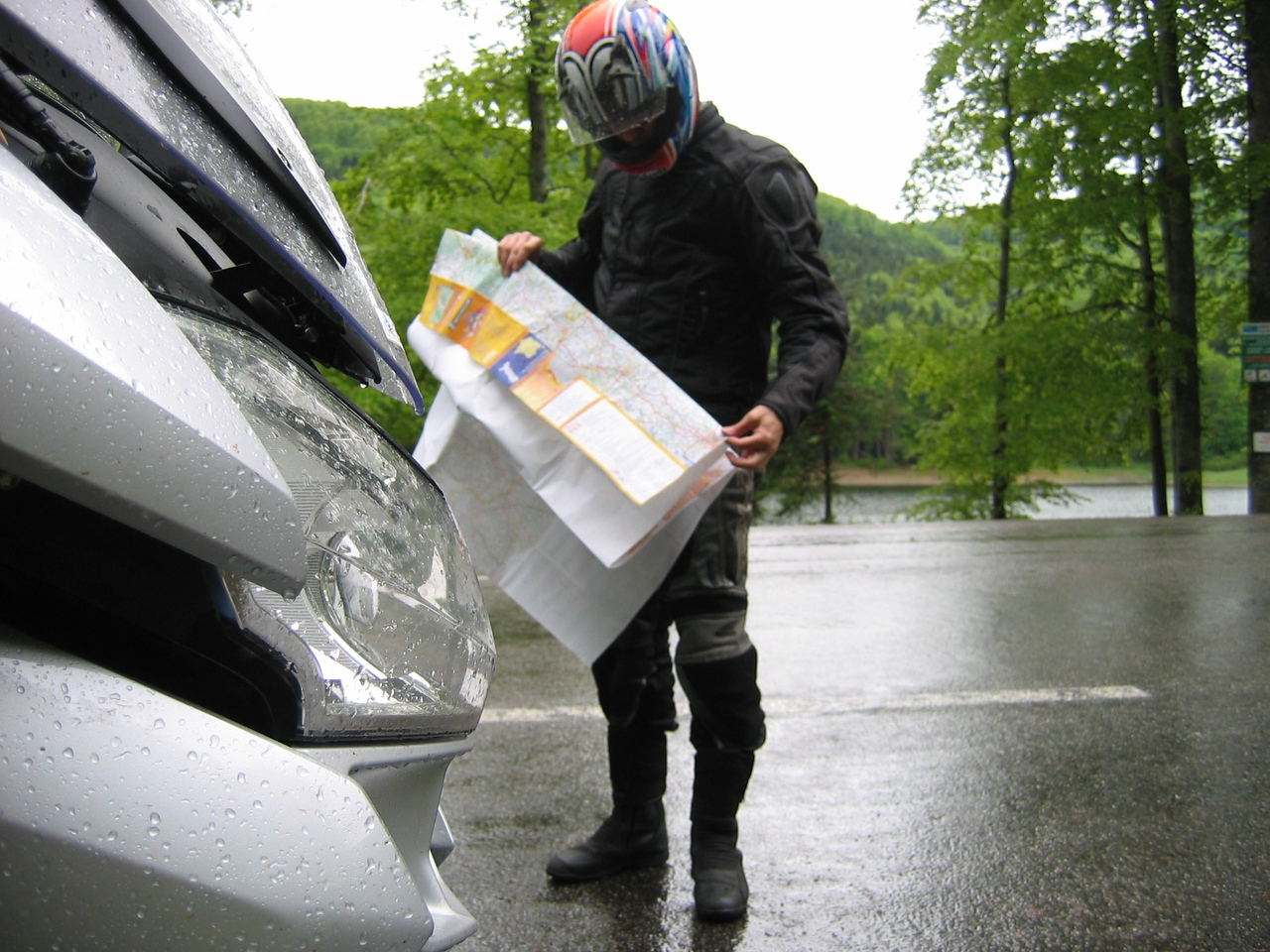 Rain and cols: time to have a look at an alternative route...<br /> Thanks to Scampi for the photo!