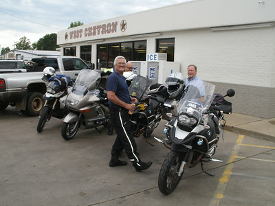 Bob, Adan, and Steven.  Nice LT Adan.  Looks a lot like Jim and Val's old bike.  Oh yeah, it is!  Steven has a 2011 GSA.