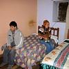 En un hotel de Pomabamba, solo alquilamos una habitación con cama doble para pasar dos horas y volver a embarcarnos a Parobamba, mi madre alistándose y Gary siempre tomando fotos.