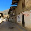 En una calle de Parobamba, se observa lo rudimentario de las casas pero el corazón es enorme y cálido de la gente que ya quisieramos gozar.