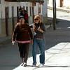 Con mi mami Alejandra por las calles de Parobamba, ante los lentes de Gary.