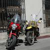La moto de Gary es roja, C.J. motocicleta amarilla, enfrente de Escuela de Español, ahora nosotros hablamos a las motocicletas en español.