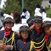Mi favorita, ellos tocan varios instrumentos en una banda de colegio, muy contentos en el Día de la Virgen.