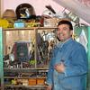 Alberto me enseña la maquinaria y los instrumentos de mecánica.