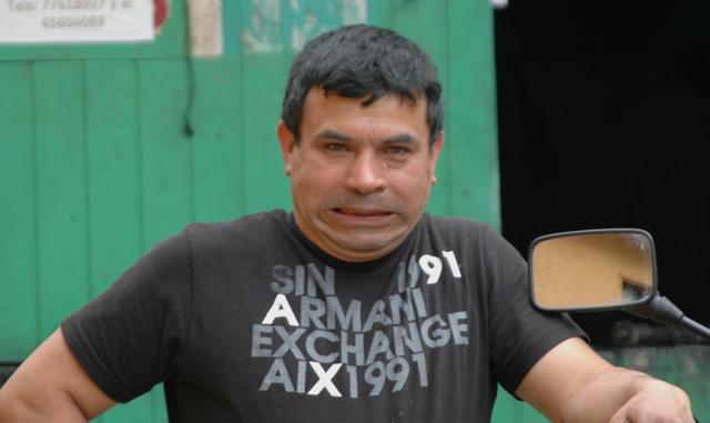 Alberto, el mecánico de todos los motociclistas en este viaje, le gustan mucho las motos y ahora es nuestro nuevo amigo.