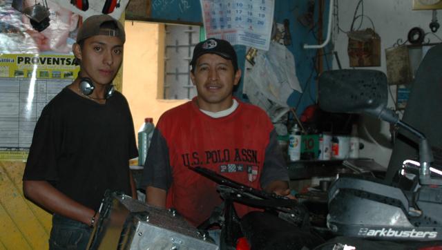 José trabaja con mi moto, excelente mecánico, puede entenderme en inglés (muy bien) y lo acompaña su ayudante.