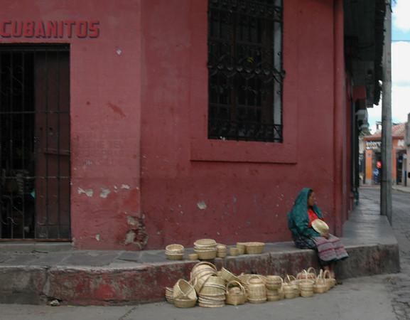 Es usual encontrar este tipo de marketing, dos trabajos a la vez, cuida a su hijo y vende productos.  Una empresaria Guatemalteca.  El producto principal diferentes canastos artesanales.