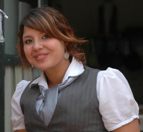 Alejandra es muy amable y simpática, ella nos enseña a cocinar comida típica de Guatemala.  Ella es muy muy dulce con todos los estudiantes de la escuela.
