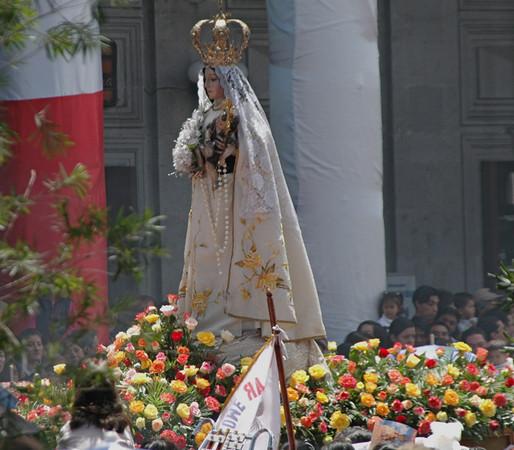 Para celebración se realiza un gran desfile.  Muchos bandas y muchos cuetes.