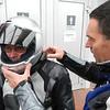 Tankstop aan het TOTAL benzinestation Knoll in Lübeck.<br /> Eric probeert een andere radiopost te zoeken voor Guido.