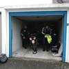 Garage van Hotel Bremer Tor in Stuhr bij Bremen.<br /> Guido en Eric.<br /> Onze motoren hebben de nacht kunnen doorbrengen in een gratis ter beschikking gestelde garage van het hotel.