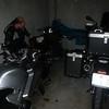 Garage van Hotel Bremer Tor in Stuhr bij Bremen.<br /> Guido.<br /> Onze motoren hebben de nacht kunnen doorbrengen in een gratis ter beschikking gestelde garage van het hotel.