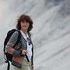 Nöjd hustru i bergen ovanför Passo Falzarego