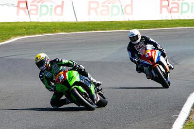 28 Victor Cox Kawasaki 1000; 47 Paul Curran Kawasaki 1000, Knickerbrook, Superstock 1000.