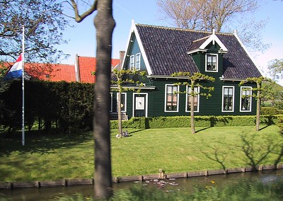 Another unique townhouse, notice the Dutch flag in sad mode. Today is memorial day, to remember all the people that died in the second world war.