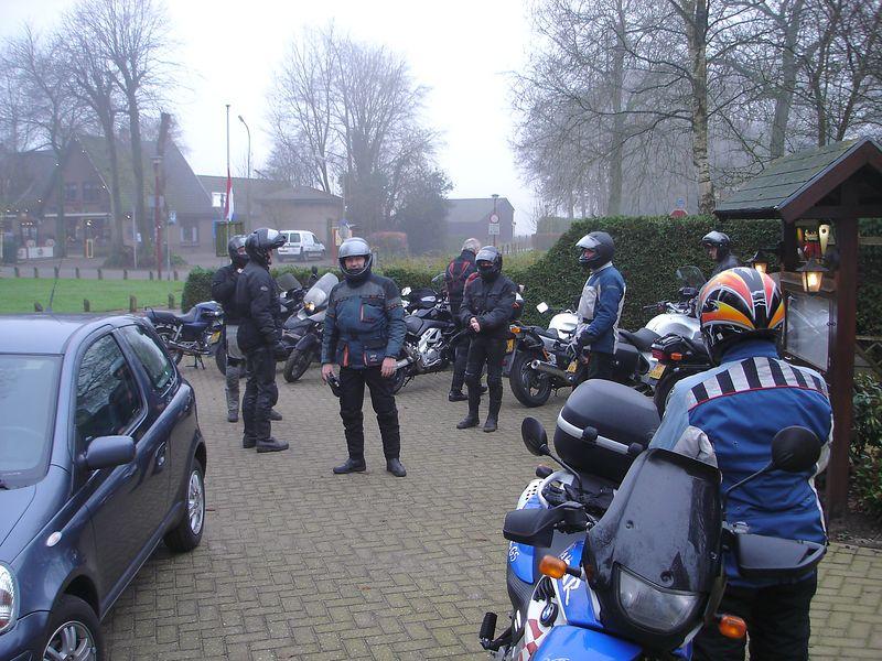 Verzamelen in Kootwijk, gezellig bij de haar bij restaurant 't Hilletje.. Van de partij zijn Kees (R1150RT), Gerard (R1100S), Raimo (Fazer 600), Tamar (F650GS-PD), Ruud (V-Strom DL1000), Emile (T-max), Boudewijn (Diversion 900),  Arjan (CBX500) en Jaroslaw (R1150GS Adventure)