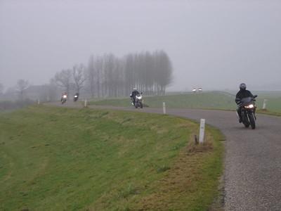Een uitgestorven IJseldijk met droog, schoon en smooth asfalt leent zich vandaag uitstekend om de motorcadans weer te pakken te krijgen