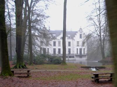 Uit de mist doemt een groot landhuis op