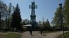 """Das Josephskreuz <br /> <br /> ist ein auf dem 580 m hohen Großen Auerberg bzw. der Josephshöhe zwischen Stolberg und Straßberg im südöstlichen Harz in Stahlfachwerk errichteter Aussichtsturm in Form eines Doppelkreuzes. Das Josephskreuz ist 38 m hoch und wiegt 123 bzw. 125 t. Die Konstruktion wird von etwa 100.000 Nieten zusammengehalten.<br /> Geschichte<br /> <br /> Schon im 17. Jahrhundert stand auf dem Auerberg ein Fachwerk-Aussichtsturm, der wegen Baufälligkeit und Wetterschäden 1768 abgerissen wurde.<br /> 1832 beauftragte Graf Joseph zu Stolberg-Stolberg den Berliner Architekten Karl Friedrich Schinkel mit dem Entwurf eines neuen Turms, den ein Stolberger Zimmermann ausführte. Das Richtfest von Schinkels hölzernem Turm in Form eines Doppelkreuzes wurde am 24. September 1833 gefeiert. Am 21. Juni 1834 wurde der Turm eingeweiht und nach seinem Auftraggeber """"Josephskreuz"""" benannt. Der Turm besaß keine Treppen und konnte nur mit Leitern bestiegen werden. Um 1850 mussten die Kreuzarme erneuert werden, im Juni 1880 wurde das Bauwerk durch einen Blitzeinschlag bei einem Gewitter zerstört.<br /> Mit dem Bau eines neuen Josephskreuzes nach einem Entwurf von Otto Beißwänger wurde am 20. April 1896 begonnen. Der Turm nahm in der Doppelkreuzform Bezug auf Schinkel, war jedoch nach dem Vorbild des Pariser Eiffelturms als Stahlfachwerkkonstruktion ausgeführt, wobei dessen Bestandteile wie der Rundbogen zwischen den Beinen sogar nachgebaut wurden. Die Kosten von 50.000 Mark trugen das Fürstenhaus zu Stolberg und der Harzklub. Am 9. August 1896 wurde das neue Josephskreuz eingeweiht.<br /> Im 20. Jahrhundert verfiel das Kreuz zusehends, bis es 1987 wegen Baufälligkeit für den Besucherverkehr gesperrt wurde. Ab 1989 wurde es saniert und am 28. August 1990 wiedereröffnet."""